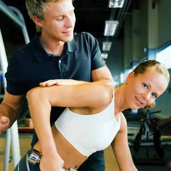 Желательно, чтобы тренер разработал для вас фитнес-программу и позанимался с вами первые дни.