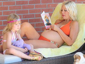 Тори Спеллинг с дочкой Стеллой в Малибу