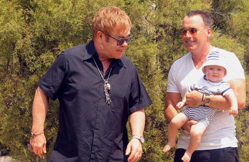 Элтон Джон (Elton John) и Дэвид Ферниш (David Fernish) с сыном Закари