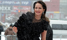 Красота требует жертв: Ольга Кабо в открытом платье под снегопадом