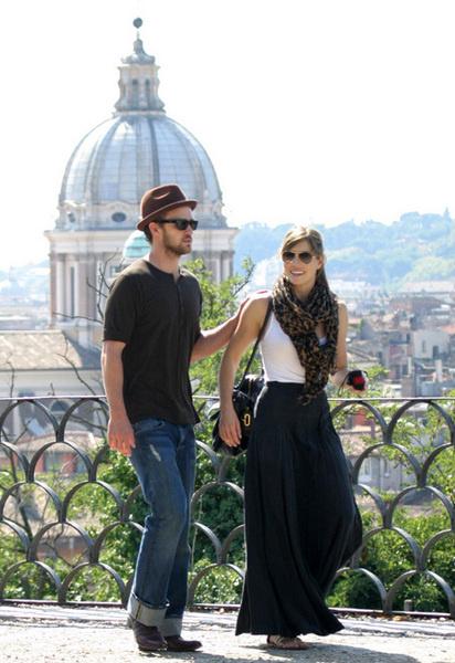 Звездная пара во время прогулки любуются красотой архитектуры в центре Рима