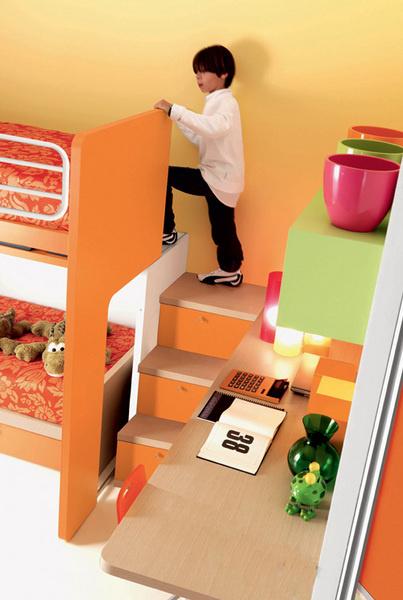 Большое внимание уделяется детской безопасности, апотому любая лестница хотя бысодной стороны будет иметь ограждение, а спальное место, поднятое навторой «этаж»,– бортик. Фрагмент композиции на базе серии Free (Doimo Cityline). Новинка