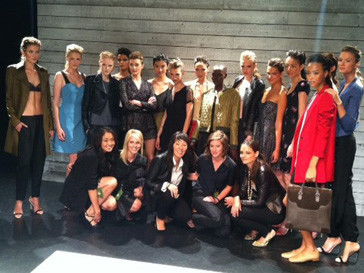 Кэти Холмс (Katie Holmes) с командой бренда Holmes & Yang и моделями с показа