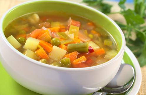 Овощной суп поможет вам избежать переедания.