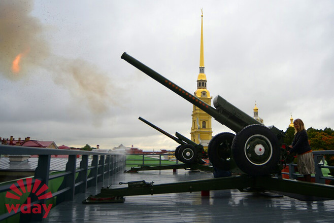 Актриса Настасья Кински выстрелила из пушки Петропавловской крепости
