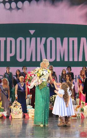 Старшие дочки Оксаны с ней на сцене, фото