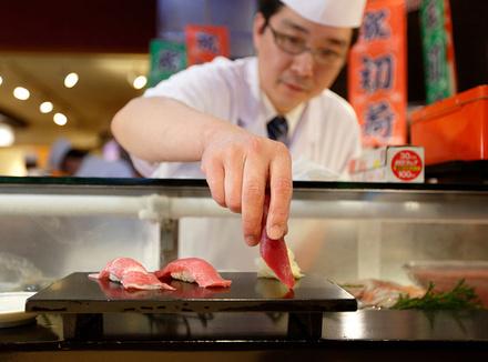 Повар делает суши