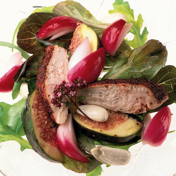 Салат из белого куриного мяса с сумахом, инжиром, миндалем и маринованным красным луком