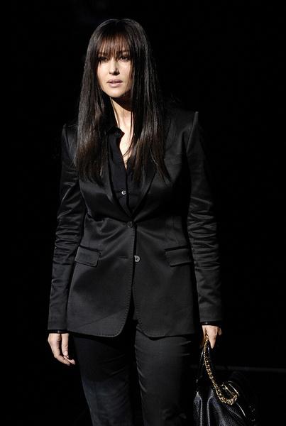 Моника Белуччи в черном атласном костюме от D&G