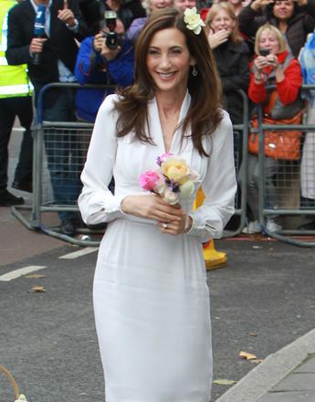 Нэнси Шевелл (Nancy Shevell) прибыла на церемонию в белом коктейльном платье и с нежным букетом невесты в руках.
