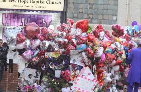 Поклонники принесли к церкви Нью Хоуп цветы и портреты Уитни Хьюстон.