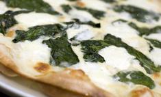 Пицца с шпинатом и моцареллой