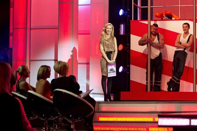 После каждого конкурса жюри комментирует выступления мужчин.
