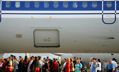Пассажиров отправили пешком по взлетному полю после аварии самолета