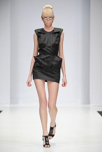 Образ из коллекции Clare Lopeman, представленной на Russian Fashion Week сезона осень-зима 2009/10.