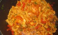 Макароны с курицей в томатном соусе