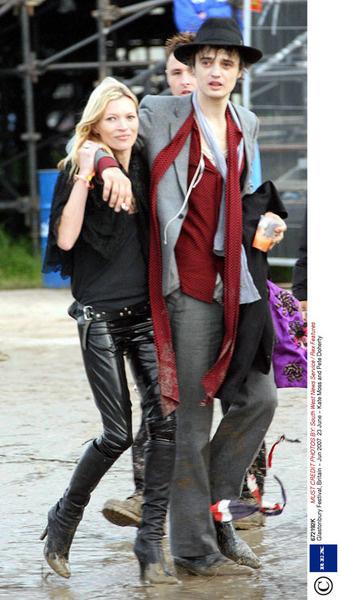 И снова Кейт Мосс - всегда впереди планеты всей, когда речь касается моды. Тренд прошлого лета - обтягивающие штаны из латекса смотрятся на модели бесподобно. И не боятся грязи - в отличие от брюк непутевого Пита Доэрти.