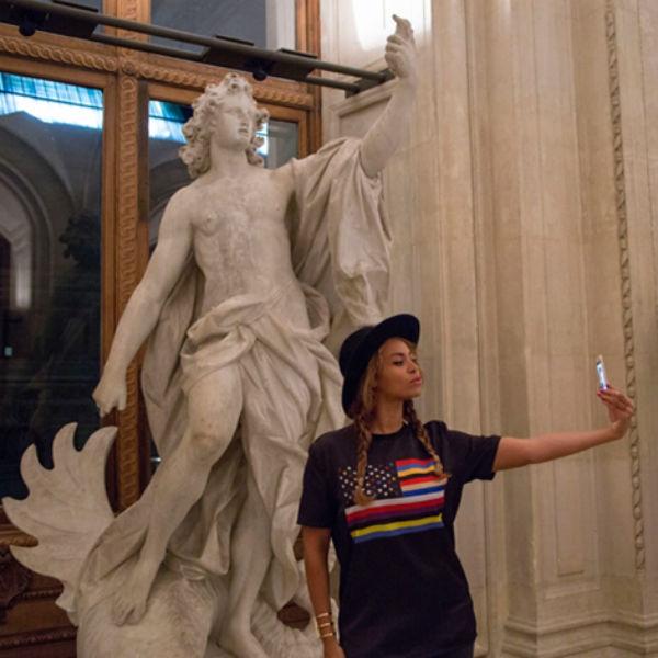 Бейонсе делает селфи в Лувре