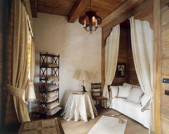 Эта комната, декорированная в традиционном для альпийских шале стиле, задумывалась как гостевая спальня, но со временем сменила профиль: теперь это «тайное убежище» хозяйки дома.