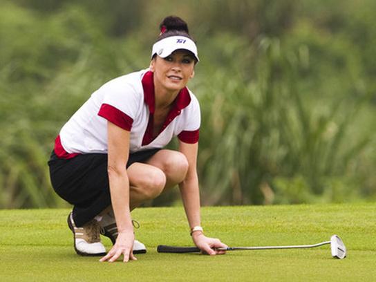 Кэтрин Зета-Джонс играет в гольф