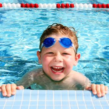 Глаза в бассейне могут защитить специальные очки для плавания. Они нужны тем, кто любит нырять.