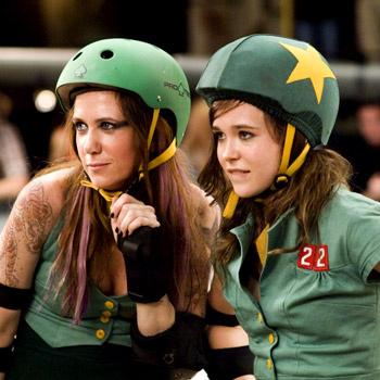 Тихоня Блисс получает в команде по женской борьбе на роликах сценический псевдоним Безжалостная Крошка.