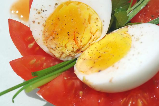 Чтобы избежать сальмонеллеза, яйцо рекомендуется варить не меньше 10 минут