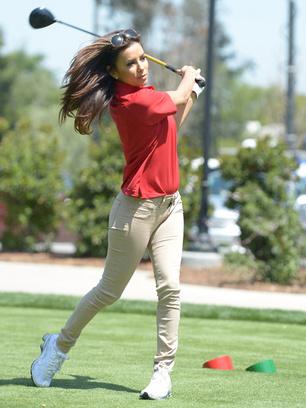 Ева Лонгория играет в гольф