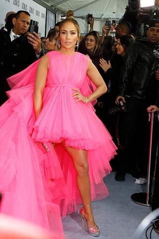 Огромное платье Джей Ло не влезло в лимузин