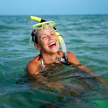 Если обычное плавание кажется вам скучным, займитесь снорклингом – плаванием с маской и ластами.