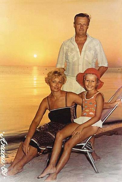 В детстве Ксения каждое лето отдыхала с родителями на Черноморском побережье. Анапа, 1989 год.