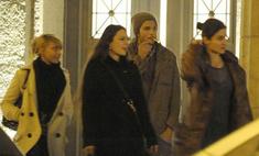 Эштон Катчер отдохнул с тремя девушками