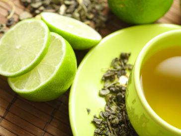 Страдающим от лишнего веса людям следует пить зеленый чай