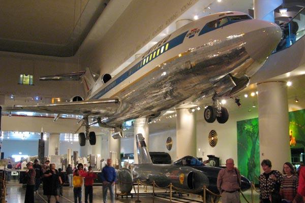 """""""Боинг-727"""" подвешен под потолком Зала транспорта"""