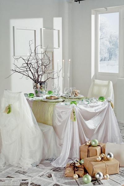 Идея №14. Праздничные драпировки. Хорошая альтернатива скатерти – недорогая подкладочная ткань. Придать столу и стульям еще более праздничный вид позволят кисти, используемые для подхвата штор. С их помощью ткань можно задрапировать красивыми складками. Декоративная кисть 80 руб./шт., «Экспресс-Букет».