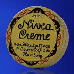 Первая баночка крема Nivea была оформлена в стиле Art Nouveau, 1911 год