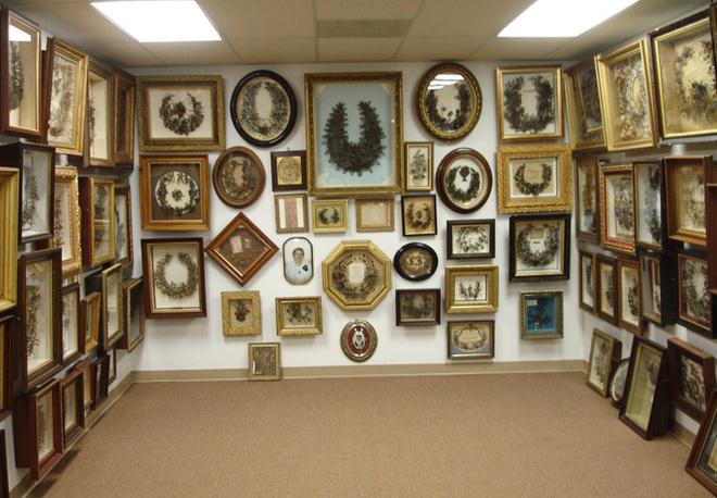В штате Миссури находится музей Leila's Hair Museum, в котором собрано более 2000 предметов, созданных по данной технологии.