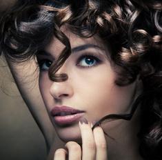 Красивые прически с завитыми волосами – это просто