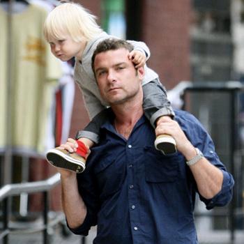 Лив Шрайбер, американский актер и отец двух сыновей, обожает серфинг, но с трудом находит на это занятие время.