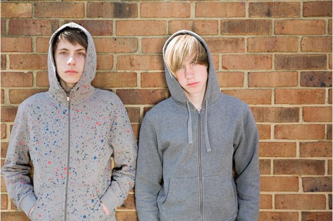 Подростки около стены