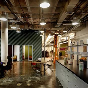 Пространство офиса действительно впечатляет: размер «микрокухни» (как ее называют сотрудники) поспорит с любой квартирой-студией.
