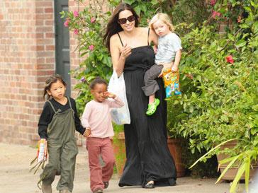 Анджелина Джоли (Angelina Jolie) уделяет своим детям много времени, несмотря на насыщенный график съемок