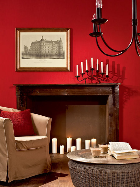 В стилистику гостиной прекрасно вписался пол из дубовых досок, обработанных методом морения. Нетривиально, да и прослужит такое напольное покрытие не одно десятилетие.