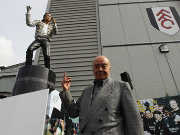 Мохаммед аль-Файед (Mohamed Al-Fayed) представляет памятник в честь Майкла Джексона (Michael Jackson)
