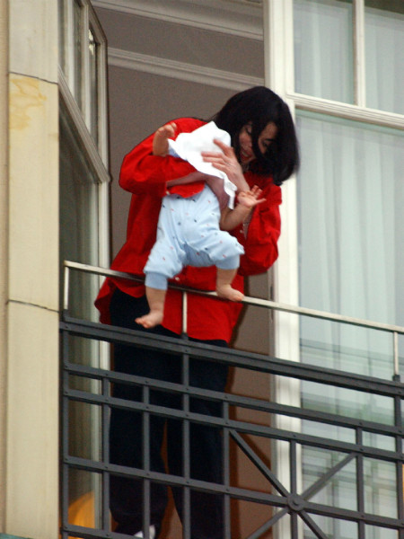 Майкл Джексон с сыном на балконе отеля