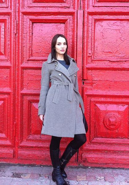 Юлия Зимина в сером пальто