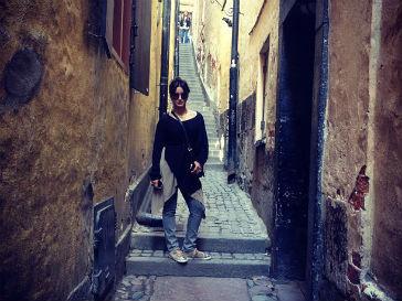 """""""Самая узкая улица в Стокгольме, 90 см. Человек идет, а ему помои на голову"""""""