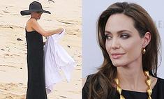 Анджелина Джоли появилась на пляже в вечернем платье