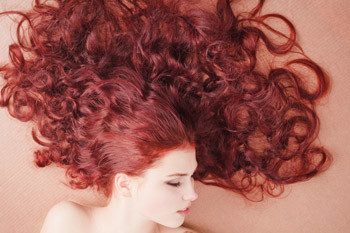 На результат окрашивания может повлиять состояние организма. Например, не рекомендуется окрашивать волосы во время менструации, при беременности, плохом самочувствии, стрессах, после резкой перемены климата. Вреда, конечно, не будет, но следует учесть, что волосы в такие моменты могут плохо поддаваться окрашиванию и укладке.