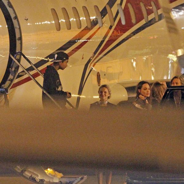 Звездное семейство Питта и Джоли на выходе из самолета